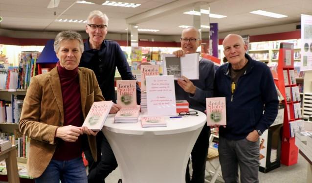 Kees Loogman, Paul Kroes, Jan Loogman en Kees Schelling aan de signeertafel bij boekhandel Jaspers.