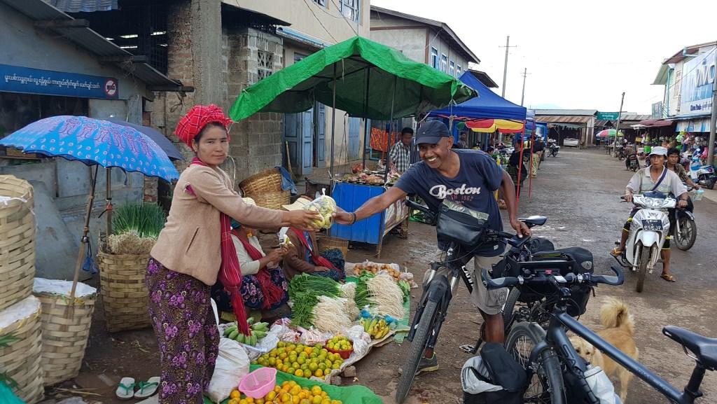 Minggoes tijdens een fietsvakantie op een markt in Myanmar.  Eigen Foto © BDU media