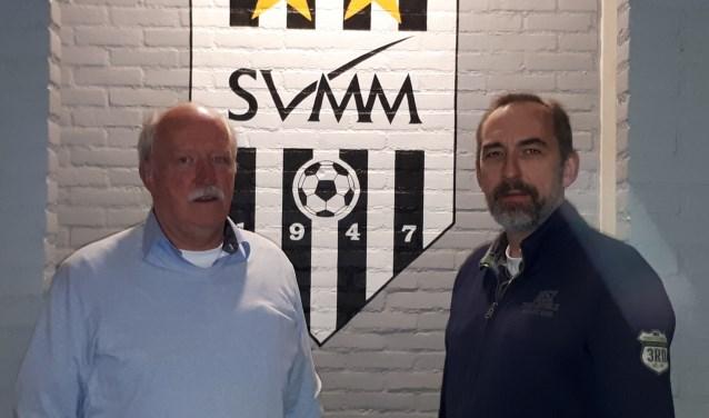 Helmert Lokhorst (l) is gekozen als Clubheld. Op de foto met de nieuwe voorzitter Gerd de Kruif.