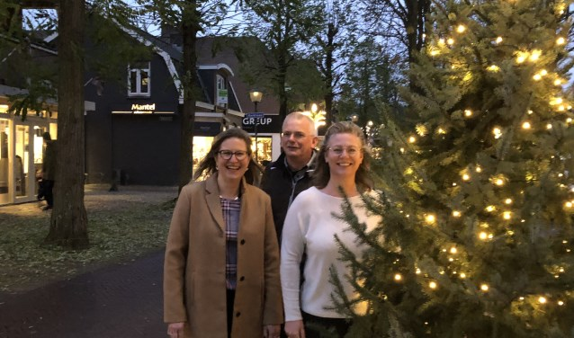 (v.l.n.r.) Ruth van Veldhuizen, Gert van Leeuwen en Kathelijne Welzenbagh zijn namens de Doornse winkels iedereen dankbaar voor hun lokale inkopen.