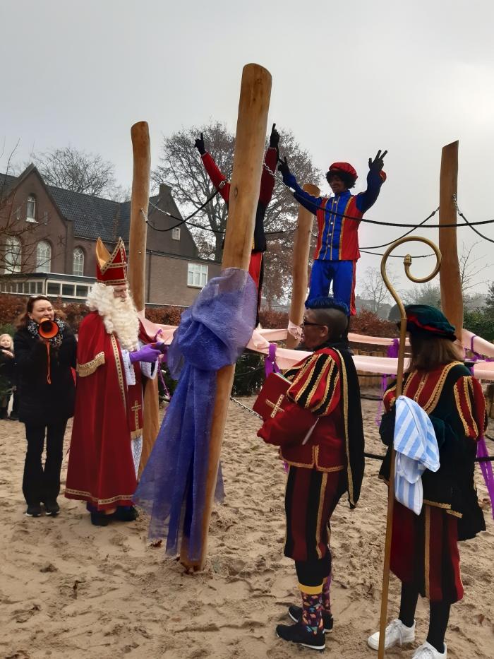 Sinterklaas opent het groen schoolplein van de Montessorischool