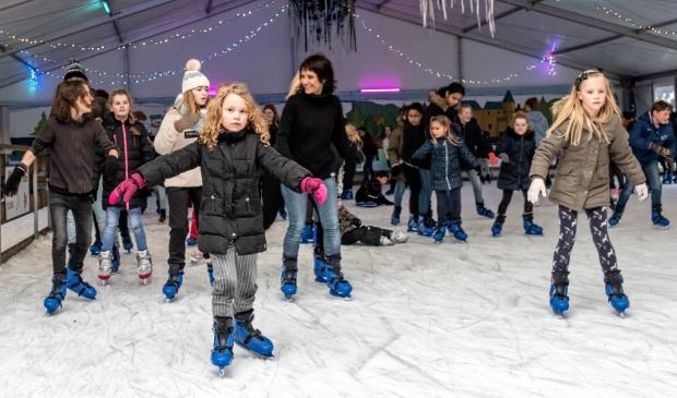 Kinderen genieten van schaatspret bij het WinterparadIJS.