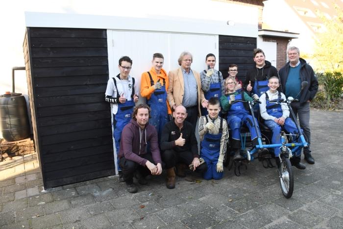 Leerlingen en docenten  praktijkschool Oosterhout met vrijwilligers/sponsoren fietsenhok en