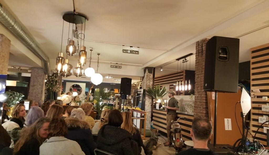 Volle bak bij Home Store in de Zijlstraat tijdens avond met auteur Lex Paleaux Jeannine Verhagen  © BDU media
