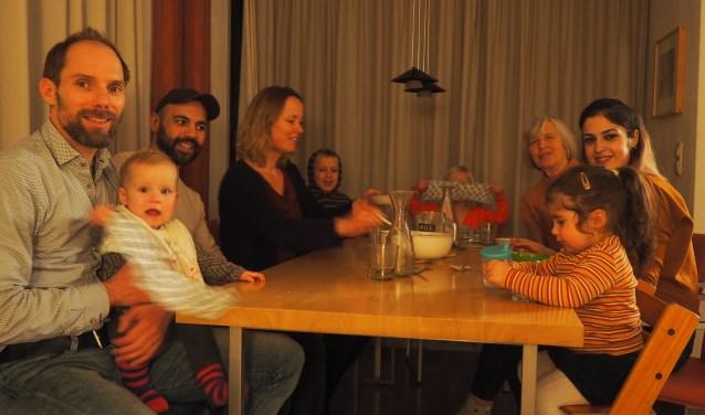 Aan tafel komen mooie verhalen, wederzijdse interesses en vriendschappen tot bloei.