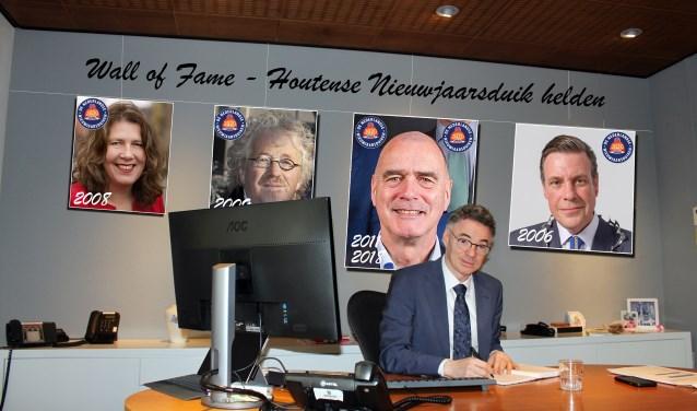 Isabella in zijn werkkamer met op de achtergrond de wall of fame van deelnemende wethouders aan de Nieuwjaarsduik