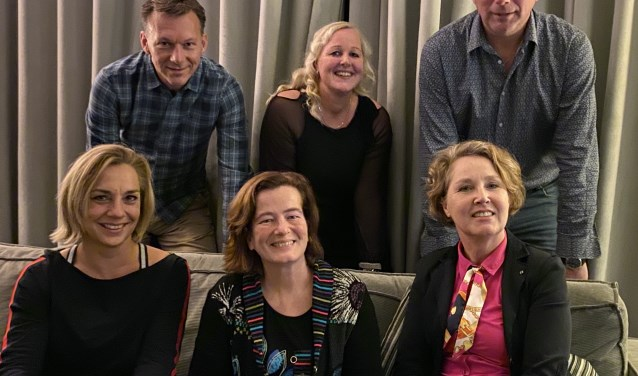 Het bestuur van WoonDroom Leusden met staand in het midden Marjan Stomphorst.