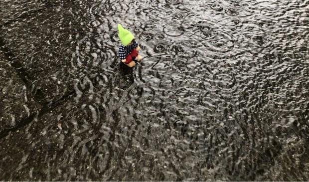 Op het plein bij de Jan Campert school stroomt het regenwater niet weg tijdens een stortbui