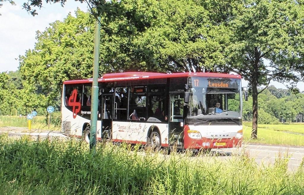 Een bus van Syntus in het buitengebied. De provincie Gelderland wil een vaste busverbinding tussen Scherpenzeel en Barneveld.