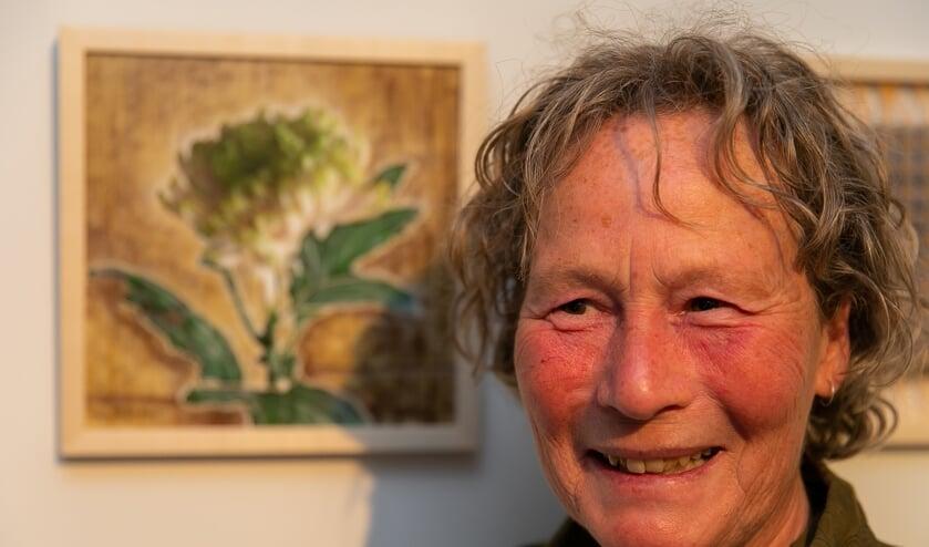 Marie-Louise Dooijes naast haar kunstwerk 'Chrysant 2.0' in het Mondriaanhuis.