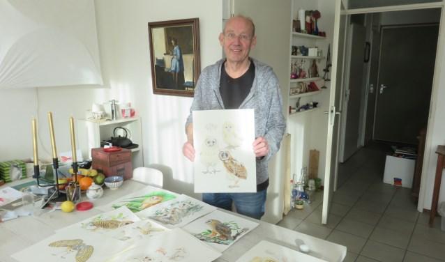 Ed Hazebroek toont een gedeelte van zijn tekenwerk.