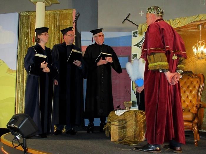 De drie Schriftgeleerden die hun rol met veel overtuiging speelden, maakten veel indruk op koning Herodes (rechts). Ook hij (Frank Poelert) vertolkte zijn rol van Herodes als een volleerd acteur, echt schitterend. Fransien Fraanje © BDU Media