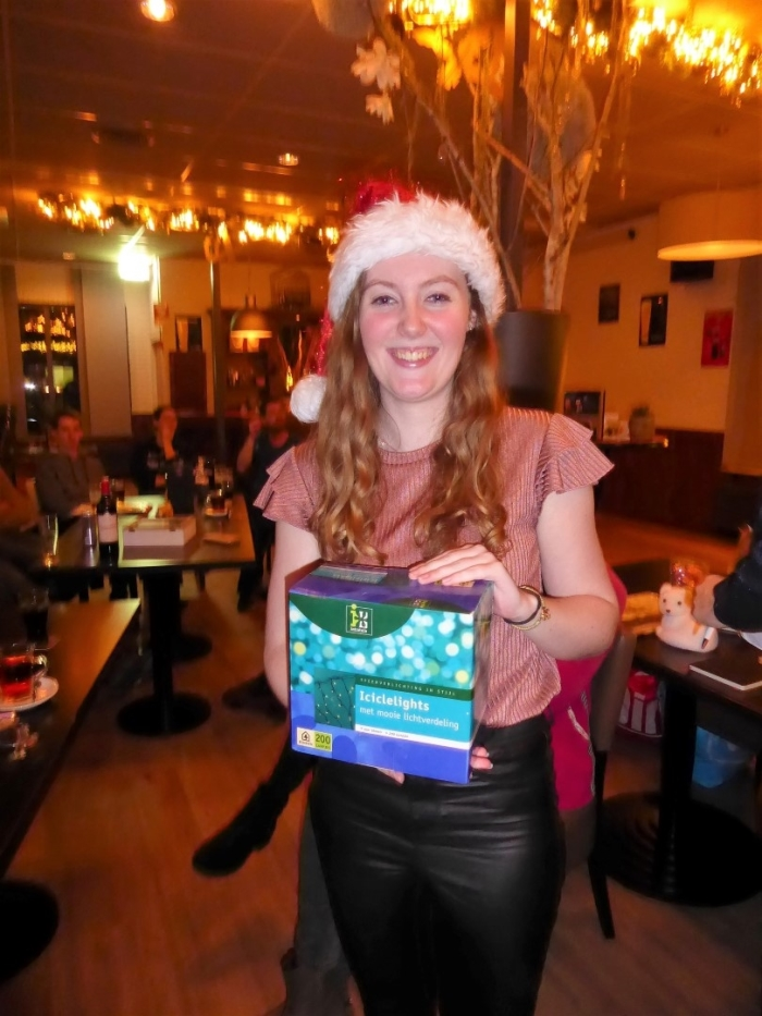 Sharona krijgt haar prijs in de Foyer Wout de Groot © BDU media