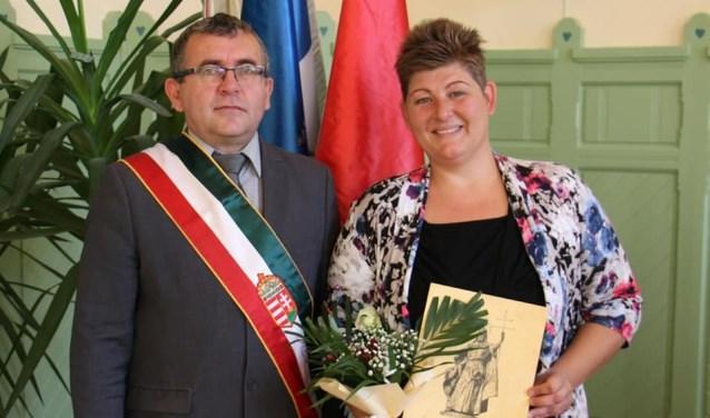 Mirjam Buru-Sluiter heeft sinds begin oktober ook de Hongaarse nationaliteit. Na de beëdiging en het volkslied op de foto met de burgemeester.