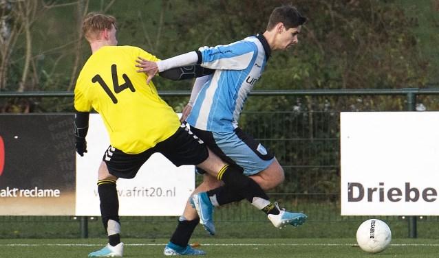 FC Driebergen aanvoerder Jelle Adema (rechts) ging voorop in de strijd en was in alle opzichten een voorbeeld voor zijn teamgenoten
