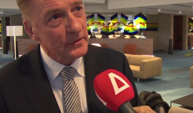 <p>Wethouder Rob Ellermeijer (Media) voor de microfoon van RTV Amstelveen.</p>