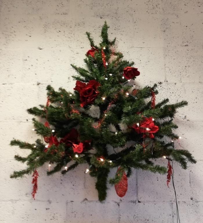 Kerstboom hangend aan de muur Jan Meijer © BDU Media