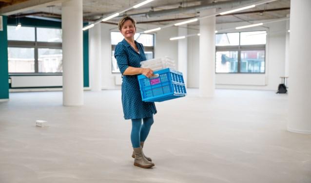 Renée Tiemstra, manager van de bibliotheek Z-O-U-T, roept mensen op om te helpen verhuizen naar deze nieuwe plek.