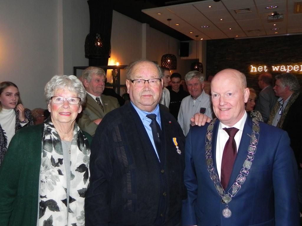 Burgemeester van Bennekom voelde zich vereerd dat hij de onderscheiding aan De Wit mocht uitreiken. Richard Thoolen © BDU media
