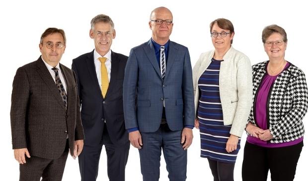Het Scherpenzeelse college met wethouders Gerard van Deelen en Izaäk van Ekeren, burgemeester Harry de Vries en wethouder Henny van Dijk. Tweede van rechts is gemeentesecretaris Wilma van de Werken.