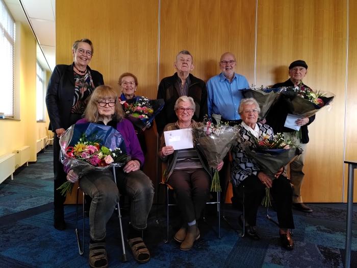 Directeur Marian Teer van Woonstede met de bewoners die hun 50ste huurverjaardag vieren