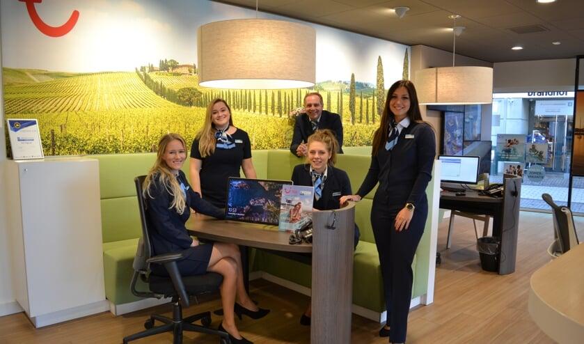 Op de foto (v.l.n.r.): Linda, Elise, Peter, Sharon en Lisette van Reisbureau TUI Nijkerk.