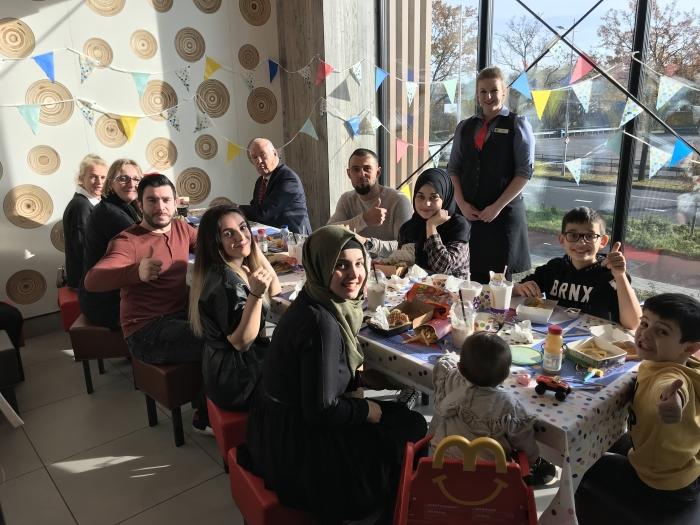 De hele familie aan de favoriete maaltijd van Kerem Eigen foto © BDU media