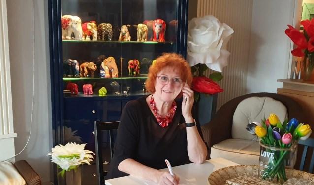 Ondernemer Clara Overes neemt alvast een kijkje hoe het voelt om bij Esperanza te bellen