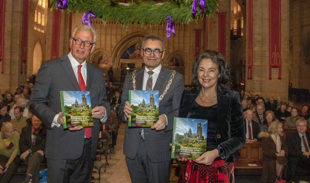 V.l.n.r. Wim Cerutti, burgemeester Jos Wienen en regentes Marie-Victoire Bot.