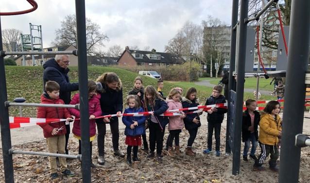 Kinderen uit Klaarwater hielpen bij het (her)openen van de speelplek in Park Honsbergen.