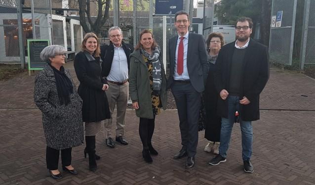Burgemeester Poppens met betrokkenen van DUWO en de VU in Uilenstede.