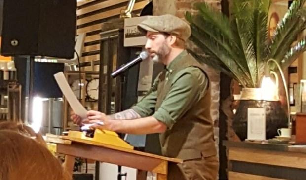 Lex Paleaux leest in de Zijlstraat voor uit eigen werk