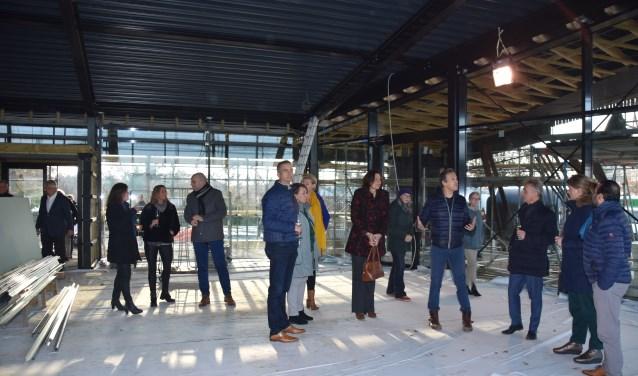 Belangstelling bij het in aanbouw zijnde café-restaurant Soesterdal dat waarschijnlijk in het voorjaar open gaat.