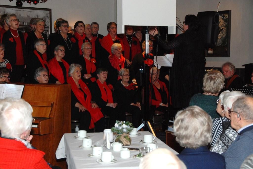 Gasten van de Zonnebloem luisteren naar het optreden van De Valleiparels. Adriaan Hosang © BDU media