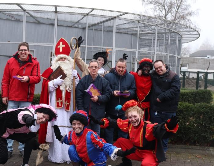 Sinterklaas en zwarte pieten en deelnemers van de Rozelaar.