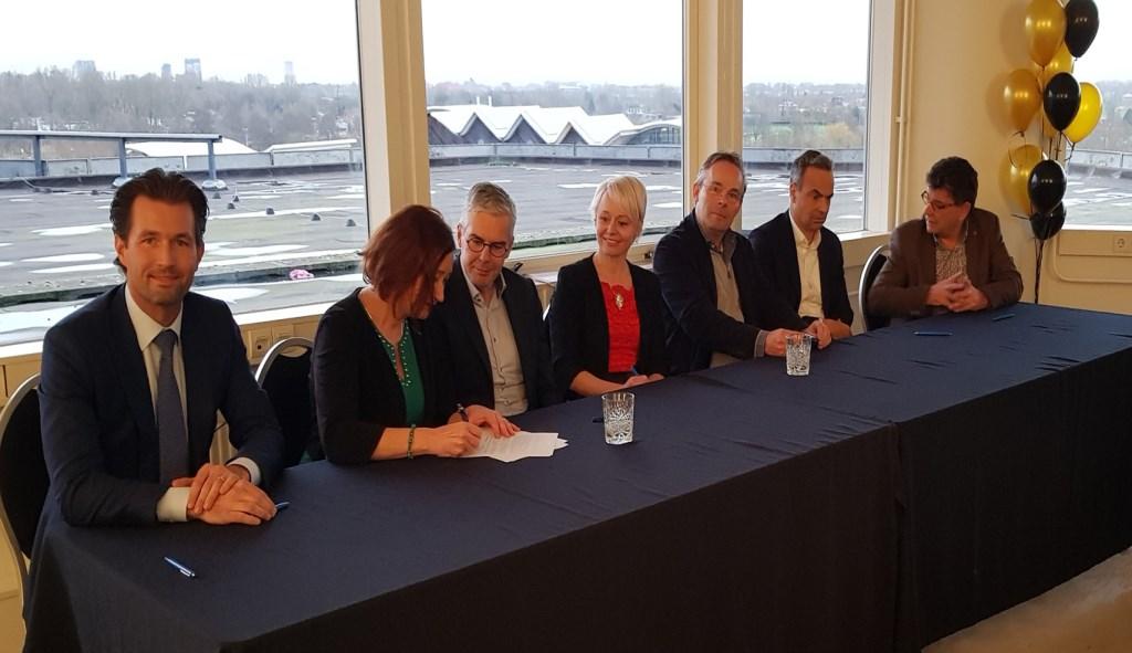 Betrokken partijen zetten hun handtekening onder de intentieverklaring. Gemeente Amstelveen © BDU media