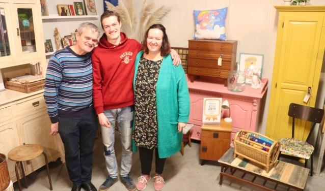 Renata, Henny en Nathan Visee in hun winkel aan de Keulenaar.