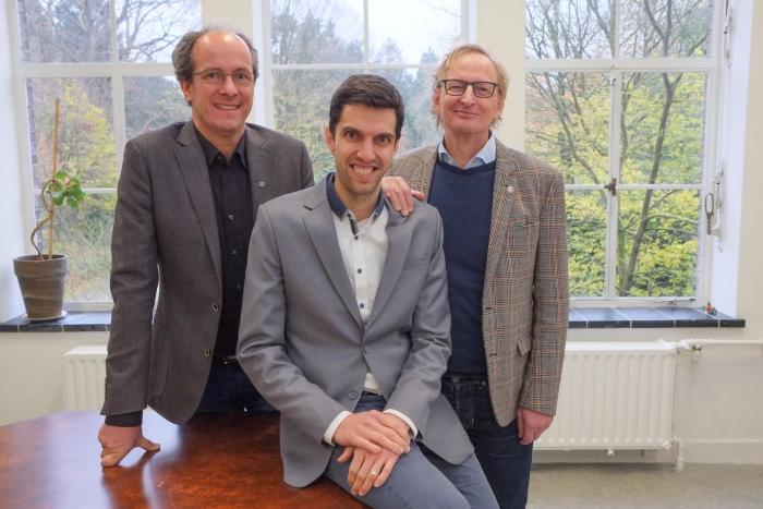 ITvitae oprichters Frans de Bie (l) en Peter van Hofweegen (r) heten Yori Kamphuis welkom als nieuw directielid