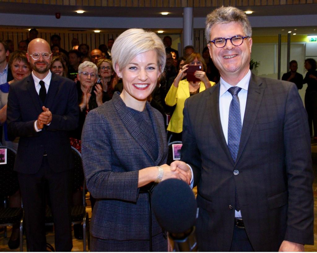 Iris Meerts met commisaris van de Koning Hans Oosters, en linksachter haar partner Martijn