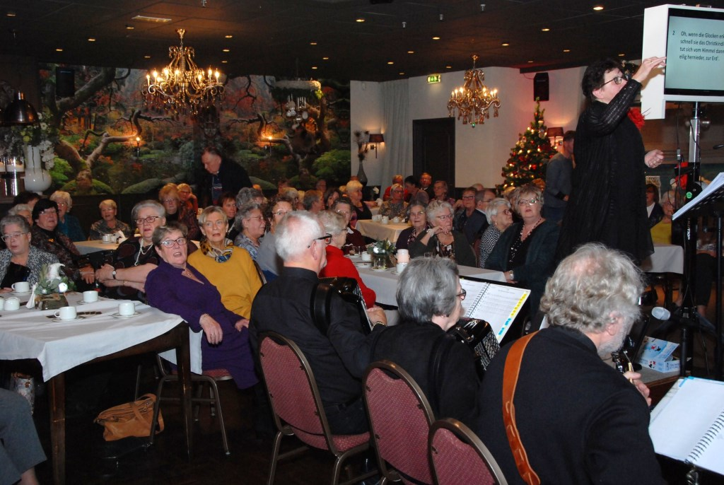 Een volle zaal genoot van zang, een kerstverhaal en een diner. Adriaan Hosang © BDU media