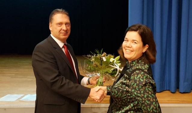 Maarten Zwankhuizen feliciteert griffiemedewerkster Germa Methorst-de Lange.