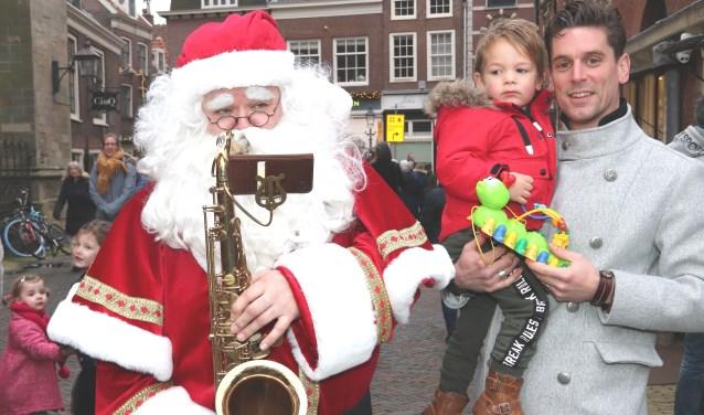 Ron Winters uit Aalsmeer met zoon Dee en de Kerstman.