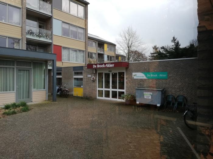 Ingang De Broek-Akker, tevens zicht op De Timanshof flat Jan Meijer © BDU Media