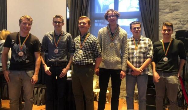 De winnende teams met links team KWC, met eerste van links Marnix van Oort en naast hem Twan Bakker