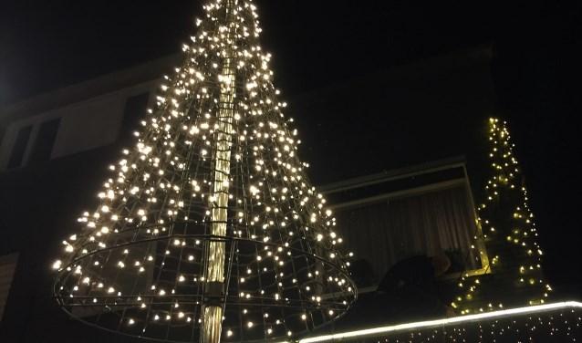 De kerstverlichting bestaat uit hele en halve bomen van led-lampjes.