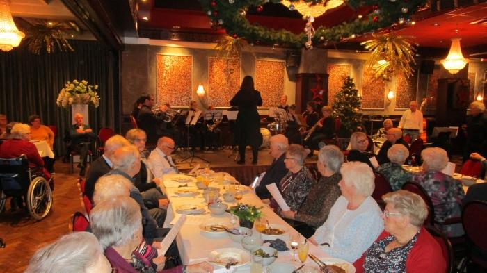 KNAjeugdorkest speelt kerstliederen waar enthousiast wordt meegezongen