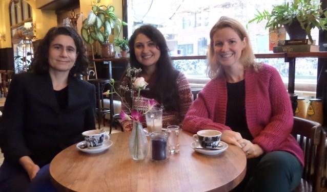 V.l.n.r. coördinator Stéphanie Elte van Humanitas Home-Start in gesprek met deelneemster Christeen en vrijwilligster Jessica.