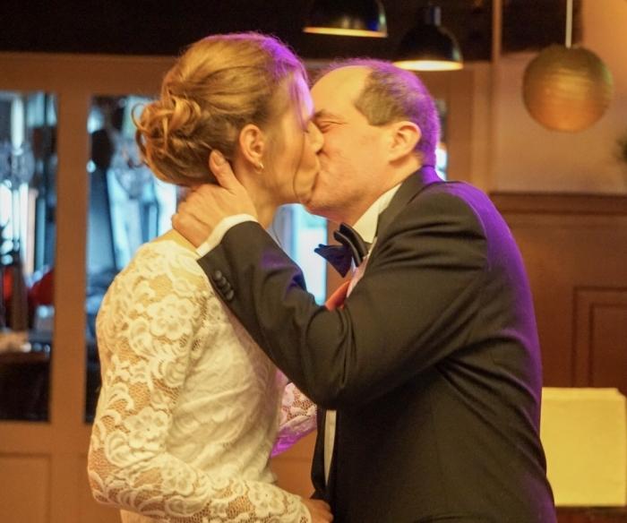 Eerste kus bruidspaar Corinne en Edwin na huwelijksvoltrekking  Nienke den Daas © BDU