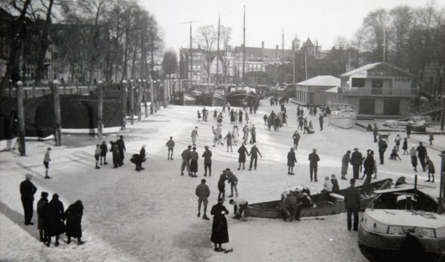 Schaatsen op de Nieuwe Haven, Dordrecht, in 1930.