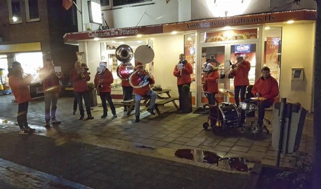 Muzikale kerstmannen tijdens een eerdere editie van de Kerstmarkt in Scherpenzeel.